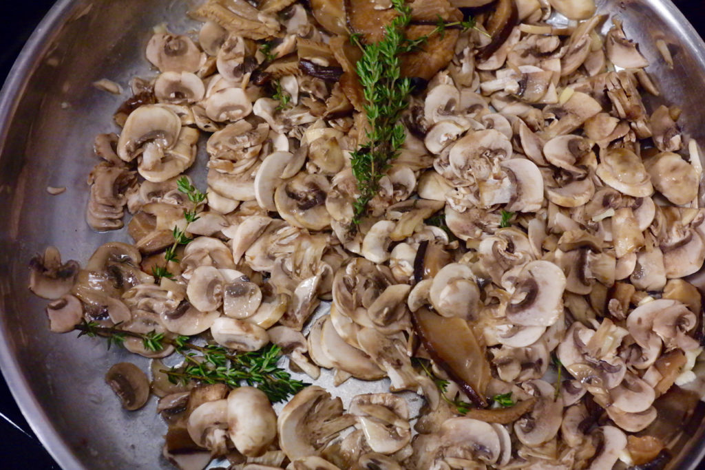 mushrooms in pan_1350x900