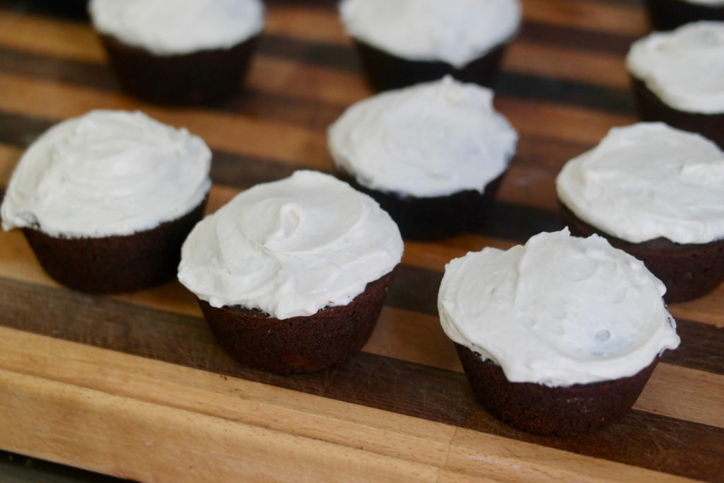 frosted cupcakes_1350x900